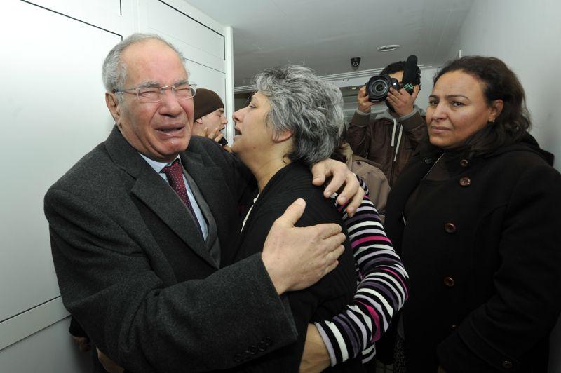 <strong>Réduit au silence.</strong> L'épouse de Chokri Belaïd pleure la mort de son mari aux côtés de son ami avocat défenseur des Droits de l'Homme, Mokhtar Trifi. L'assassinat de Chokri Belaïd, farouche opposant du gouvernement, a provoqué la colère des anti-islamistes en Tunisie. De son côté, l'Elysée déplore «ce meurtre (qui) prive la Tunisie d'une de ses voix les plus courageuses et les plus libres».<strong></strong>