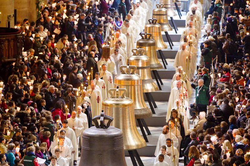 <strong>Ding Dong! </strong>Encadrées par une haie d'honneur à Notre-Dame de Paris, le 2 février, voici Marie (6 t de cuivre et d'étain pour un «sol» dièse), Gabriel (4,1 t, «la» dièse), Anne-Geneviève (3,4 t, «si»), Denis (2,5 t, «do» dièse), Marcel (1,9 t, «ré» dièse), Etienne (1,5 t, «fa»), Benoît-Joseph (1,3 t, «fa» dièse), Maurice (1 t, «sol» dièse) et Jean-Marie (782 kg, «la» dièse), les 9 nouvelles cloches de la cathédrale. Huit ont été fabriquées par la fonderie Cornille-Havard, dans son four du XIXe siècle, et sonneront en haut de la tour Nord. Marie a été coulée par la fonderie Royal Eijsbouts, à Asten (Pays-Bas). Destinée à la tour Sud, elle rejoindra le grand bourdon Emmanuel (330 ans, 13,2 t, «fa» dièse). Exposées au public pendant un mois, elles sonneront pour la 1re fois, le 23 mars.
