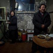 Le futur président chinois, Xi Jinping, joue les Père Noël