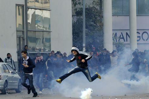 Manifestation devant le ministère de l'Intérieur ,dirigé par un membre d'Ennahda, mercredi à Tunis, après l'assassinat de l'opposant Chokri Belaïd.