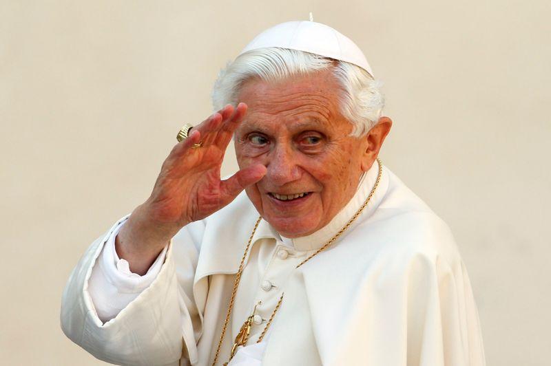 <strong>L'hommage.</strong> L'annonce inattendue de la démission du Pape a créé la surprise dans le monde entier. Les dirigeants politiques et religieux internationaux ont salué lundi le pape Benoît XVI en exprimant leur «respect» devant cette décision. La chancelière Angela Merkel a été un des premiers dirigeants à réagir. De son côté, François Hollande, conformément à la laïcité des institutions françaises, a qualifié d'«éminemment respectable» la décision du souverain pontife.<strong></strong>