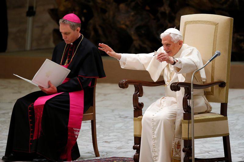 <strong>Salle comble</strong>. Ils étaient plusieurs milliers de fidèles à s'être rassemblés ce mercredi dans la salle Paul VI du Vatican lors de l'audience générale. Le pape Benoît XVI a fait sa première apparition publique après l'annonce surprise lundi de sa démission. Accueilli par une foule enthousiaste qui l'a ovationné en scandant son nom et en tapant des mains, le pape semblait fatigué mais très attentif quand il a écouté l'Evangile du jour. Il a ensuite demandé aux catholiques du monde entier de «prier pour (lui), pour l'Eglise et pour le futur pape».