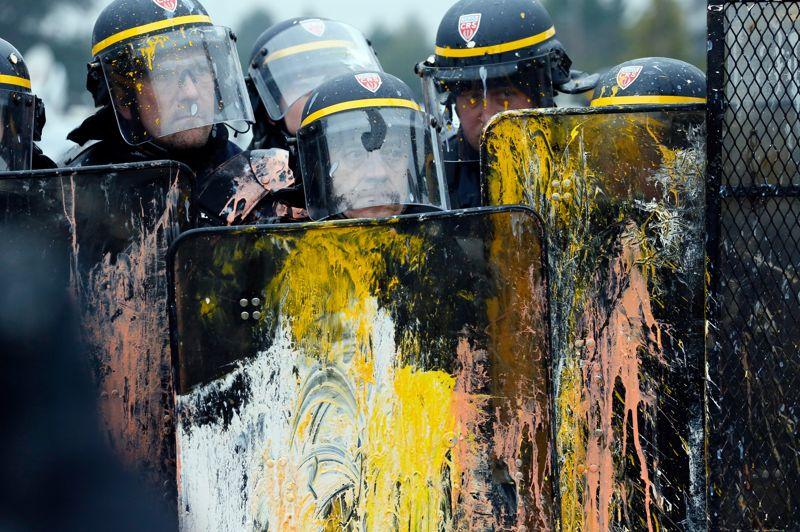 <strong>Tensions</strong>. Ce mardi, jour de comité d'entreprise extraordinaire, deux à trois milles personnes ont manifesté dans une ambiance tendue devant le siège de Goodyear France contre le projet de fermeture de l'usine d'Amiens-Nord. De nombreuses forces de l'ordre étaient mobilisées aux abords du bâtiment. Certains manifestants ont lancé des fumigènes, des bouteilles et des oeufs aux policiers, qui ont déployé des véhicules avec grille permettant de faire barrage et ont fait usage de gaz lacrymogènes. Des membres des forces de l'ordre ont été éclaboussés de peinture.