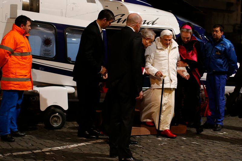 <strong>Le courage.</strong> Sur cette photo récente du Pape, prise le 8 février 2013 à Rome, des signes apparents de fatigue et de faiblesse se laissent entrevoir. A la suite de l'annonce de la démission de Benoit XVI, le frère du souverain pontife Georg Ratzinger a d'ailleurs déclaré à l'AFP qu'il était au fait, déjà «depuis quelques mois», que le Saint Père envisageait de renoncer à son pontificat pour des raisons de santé.<strong></strong>