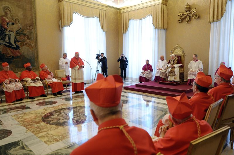 <strong>Le choc.</strong> Le pape Benoît XVI a provoqué lundi un bouleversement sans précédent en annonçant sa démission, prévue pour le 28 février. Une première dans l'histoire de l'Eglise moderne: la dernière démission papale remontant à 1415 à l'époque du pontificat de Grégoire XII. «Mes forces, en raison de l'avancement de mon âge, ne sont plus aptes à exercer de façon adéquate le ministère», a dit le souverain pontife lors de sa conférence de presse. Un nouveau pape devrait être désigné pour Pâques, le 31 mars prochain.<strong></strong>