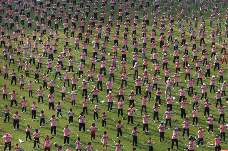 <strong>En masse</strong>. Ce mardi, plus de 5000 personnes ont participé à un concours de hula hoops à l'Université de Thammasat, à Pathumthani, en Thaïlande. De tous âges, les concurrents sont venus des quatre coins du pays pour assister à cette compétition de danse. L'objectif: battre le record du monde en faisant tourner, pendant plus de sept minutes d'affilées, le cerceau sur les hanches. Le précédent record date de 2011 et avait duré 5 minutes.