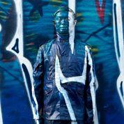 Liu Bolin se fond dans le paysage parisien