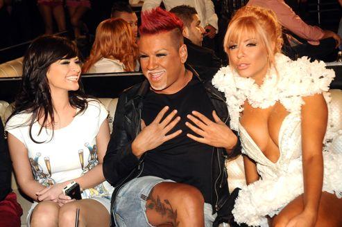 Trois interprète de Payner Media. Aziz, un musicien drag queen très admiré par les fans de tchalga entouré de Preslava et Andrea, deux autres chanteuses très populaires.