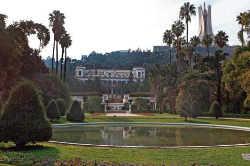 Le Musée national des beaux-arts d'Alger, inauguré en 1930, surplombe le jardin d'Essai. En haut, à droite, le Mémorial du martyr.