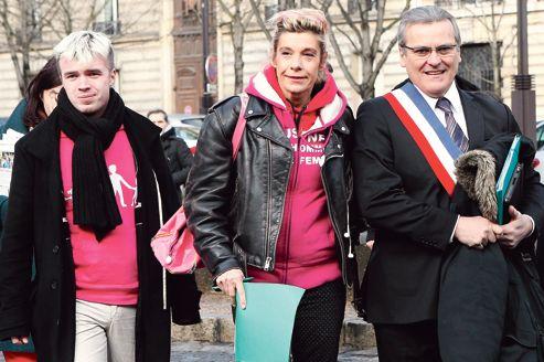 Xavier Bongibault, fondateur de l'association Plus gay sans mariage, Frigide Barjot, et le maire du Chesnay, Philippe Brillault, viennent déposer, vendredi matin, leur pétition citoyenne au Conseil économique, social et environnemental.