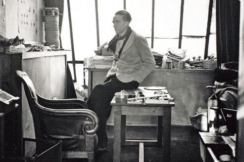 Marcel Duchamp dans son atelier de la rue Larrey, en 1938.