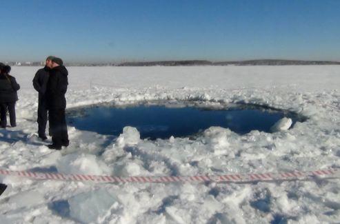 Trou laissé par un fragment de météorite dans la glace près de Tcheliabinsk.