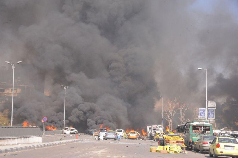 <strong>Explosion</strong>. Plus de 50 personnes, en majorité des civils, ont été tuées à Damas, jeudi, dans un attentat suicide à la voiture piégée qui a dévasté une artère proche du siège du parti Baas, une attaque dénoncée aussi bien par le régime que par l'opposition. L'attentat a été suivi par les tirs de deux obus de mortier sur le siège de l'état-major dans le quartier des Omeyyades à Damas, au surlendemain de la chute d'obus près d'un palais présidentiel, pour la première fois depuis le début du conflit il y a maintenant près de deux ans.