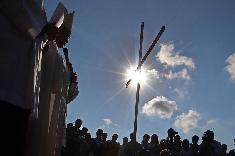 <strong>Terre bénie</strong>. L'archevêque de Rio de Janeiro, Mgr Orani Joao Tempesta, a béni le vaste terrain où sera célébrée la messe de clôture des Journées mondiales de la jeunesse catholique (JMJ) par le successeur du pape Benoît XVI, en juillet prochain. Sur un autel improvisé au milieu d'un terrain agricole de 300 hectares où des tracteurs aplanissaient la terre, Mgr Orani a souhaité que les jeunes de divers pays et autres religions «cohabitent en amis» au cours de la veillée, puis de la messe de clôture, «point fort des JMJ». Quelque deux millions de jeunes sont attendus du 23 au 28 juillet 2013 à Rio.