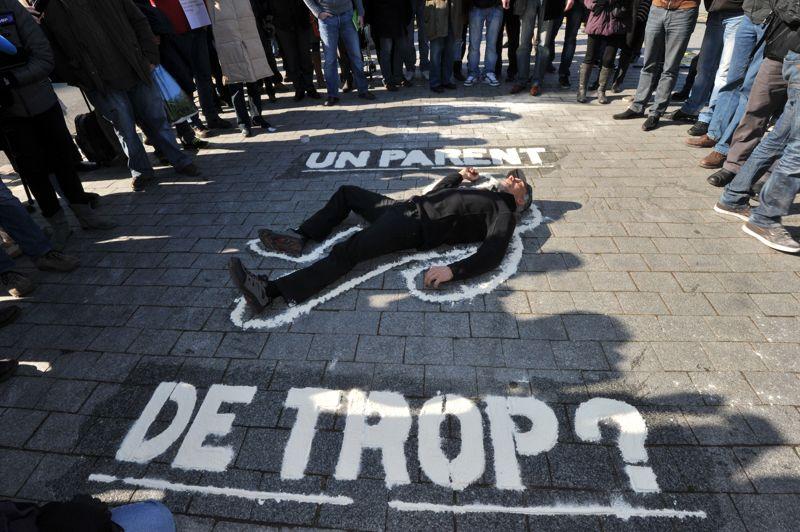 <strong>Déterminés</strong>. Quelque 150 militants de la cause des pères ont manifesté ce mercredi à Nantes dans le cadre d'une «journée d'action nationale», deux jours après l'action très médiatisée de l'un d'entre eux, Serge Charnay, au sommet d'une grue de la ville. Arrivés devant le palais de justice, les militants ont dessiné à la farine la silhouette d'un homme sur le sol, entouré du slogan: «un parent de trop». Et Serge Charnay, applaudi par une partie des militants, s'est allongé sur le sol devant les objectifs des photographes. Lundi, à l'issue d'une réunion avec des militants, la ministre de la Justice Christiane Taubira a plaidé pour une «place plus importante à la médiation» dans les cas de divorce.