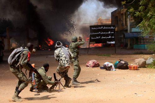 Des soldats maliens combattent dans la ville de Gao, jeudi.