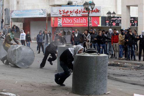 De jeunes Palestiniens ont affronté des soldats israéliens, dimanche à Hébron.