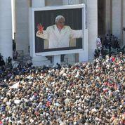 Benoît XVI acclamé par plus de 100.000 fidèles