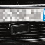 Sur le devant du vhicule, prs du pare-chocs, une drle de plaquette noire qui met un flash invisible. Quant  la plaque d'immatriculation de devant, elle cache l'antenne radar.