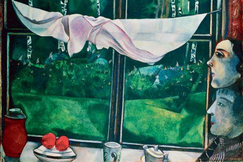 <i>Vue de la fenêtre</i>, 1915. En mai1914, Chagall retourne à Berlin préparer sa première exposition personnelle à la galerie Der Sturm. Il poursuit son voyage à l'Est et retourneenfin à Vitebsk, où la déclaration de guerre le surprend. Il épouse son amour de jeunesse, Bella Rosenfeld. Elle mérite son nom avec ses yeux de biche qui vont envahir sa peinture de leur miroir tendre. Ce retour en Russie entraîne un renouveau de classicismedans ce tableau, de la tradition du «peintre à la fenêtre» à l'étude de drapé qui scinde la composition en deux. Chagall y mêle réalisme de miniaturiste (le sous-bois avec fougères et lupins, les feuilles vernies des arbres, sa chemise rayée de coquet) et modernité cézannienne (les deux pommes rouges, la perspective bousculée du rebord de la fenêtre). La nostalgie des bouleaux renvoie au couple niché dans le coin du tableau, deux têtes superposées en un totem primitif.
