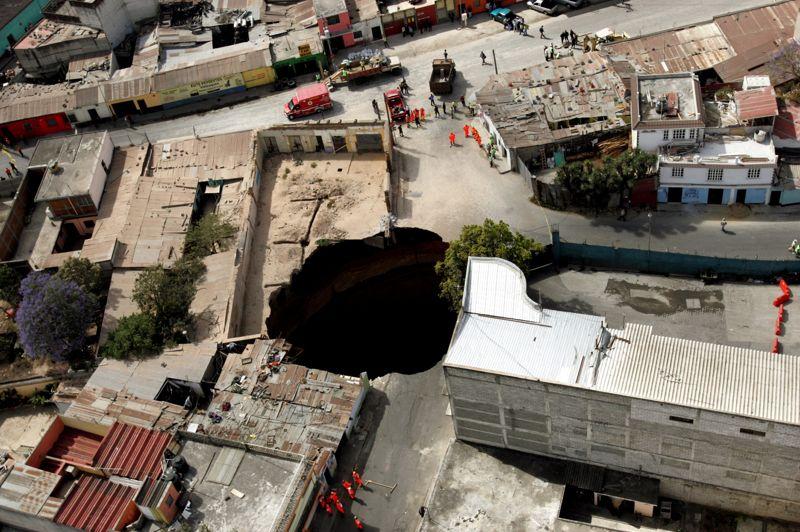 À l'étranger, plusieurs affaissements abrupts se sont produits à Guatemala City, la capitale du Guatemala comme ici en 2007. Ce trou béant de 100 mètres de profondeur avait été causé par une rupture d'égouts alors que des pluies diluviennes s'abattaient sur la ville. L'ouverture du sol avait fait trois victimes et causé l'évacuation d'un millier de sinistrés.