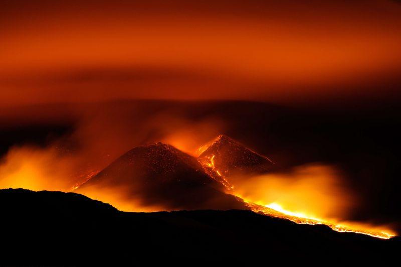 <strong>Rouge vif.</strong> Depuis un mois, le volcan sicilien s'est réveillé à plusieurs reprises. Et mardi soir, l'Etna est une nouvelle fois entré en éruption. Culminant à 3330 mètres d'altitude, il est le volcan le plus haut d'Europe, et compte presque cent éruptions au cours du XXe siècle. Sa forte activité éruptive, ses coulées de lave très fluides et sa proximité avec des zones densément peuplées ont décidé les volcanologues à l'inscrire dans la liste des «volcans de la décennie».