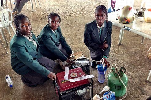 Trois des quatre collégiennes ont présenté leur invention lors d'une foire annuelle de Lagos.
