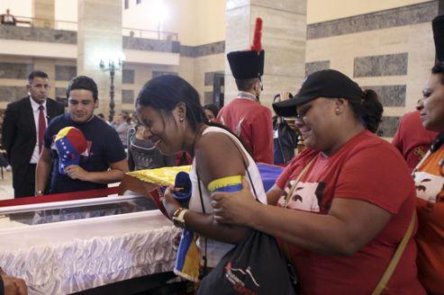 La dépouille mortelle d'Hugo Chavez a été exposée jeudi à l'École militaire à Caracas.