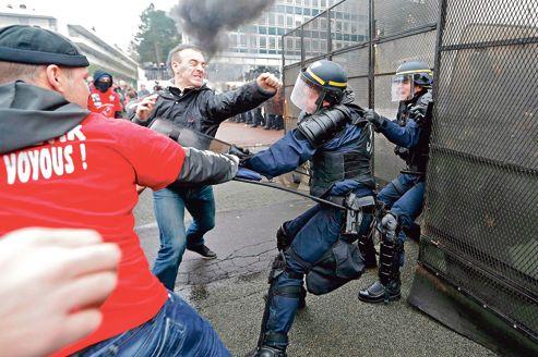 La manifestation des salariés de Goodyear, jeudi au siège à Rueil-Malmaison, a dégénéré en affrontements contre les CRS.