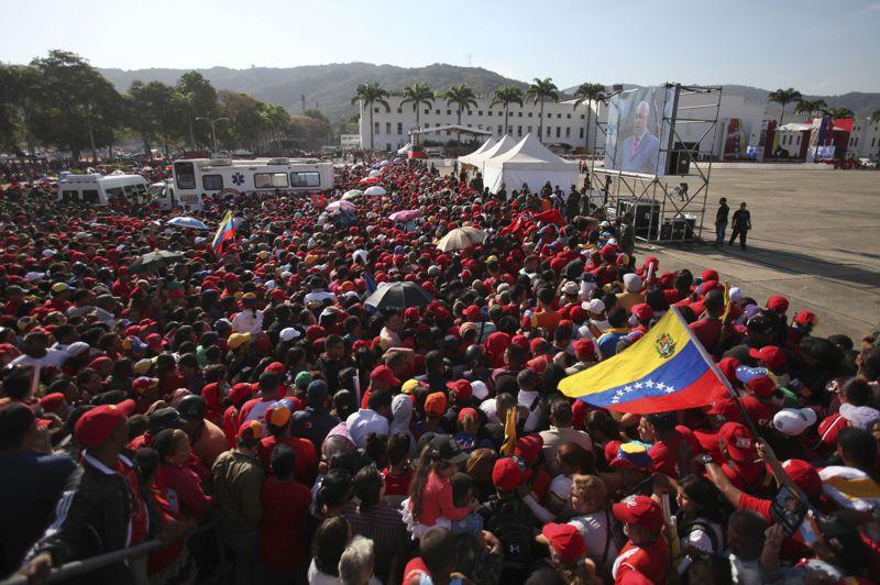 Les Vénézuéliens vêtus de rouge ont afflué par millliers vendredi - jour déclaré férié - vers l'esplanade de l'Académie militaire de Caracas, afin d'assister aux funérailles d'Etat du défunt président <a href=''http://plus.lefigaro.fr/tag/hugo-chavez'' target=''''>Hugo Chavez</a> . Ce dernier a succombé mardi à un cancer, à l'âge de 58 ans.