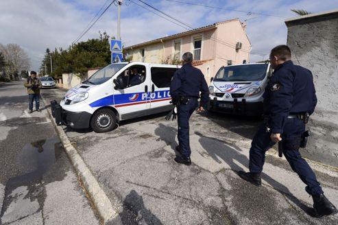 La police devant la maison où les terroristes présumés ont été arrêtés.
