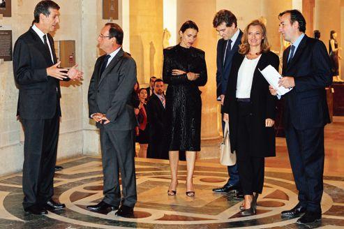 Henri Loyrette,directeur du Louvre, François Hollande, président de la République,Aurélie Filippetti, ministre de la Culture, Arnaud Montebourg, ministre du Redressement productif et Valérie Trierweiler, compagne du chef de l'État <i>(de gauche à droite) </i>au Louvre<i></i>, lors de l'inauguration du nouveau pavillon consacré aux arts de l'Islam, le 18 septembre 2012.