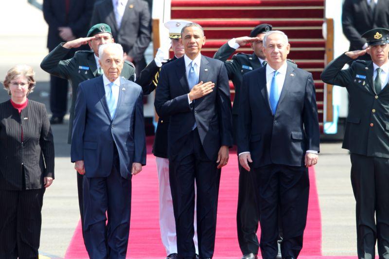 <strong>Historique</strong>. Le président des États-Unis Barack Obama a entamé ce mercredi à Tel-Aviv sa première visite en Israël depuis son arrivée au pouvoir en 2009. L'avion présidentiel Air Force One a atterri peu après 12 h 15 à l'aéroport Ben Gourion. Barack Obama a été accueilli par le président, Shimon Peres, le Premier ministre, Benyamin Netanyahou et l'ambassadeur des États-Unis en Israël, Dan Shapiro. «La paix doit arriver en Terre sainte. Nous ne perdrons jamais de vue la paix entre Israël et ses voisins» arabes, notamment palestiniens, a déclaré Barack Obama dans une brève allocution sur le tarmac.
