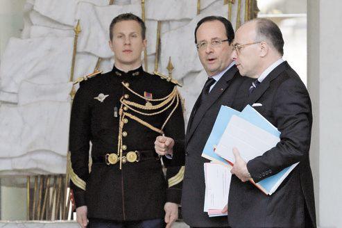 François Hollande et Bernard Cazeneuve, nouveau ministre délégué au Budget, mercredi, après le Conseil des ministres.