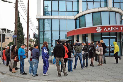 Chipriotas continúan corriendo a los cajeros automáticos, como aquí antes que los de Laiki Bank, el segundo banco de la isla, jueves Limassol.