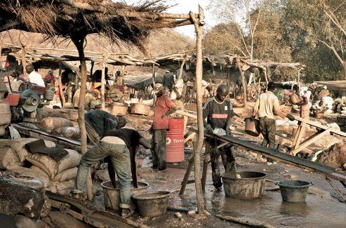 À Kéniéba, le moindre espace disponible est occupé par les mineurs.