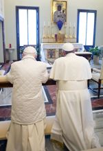 Les deux papes ont prié ensemble sur le même prie-Dieu.