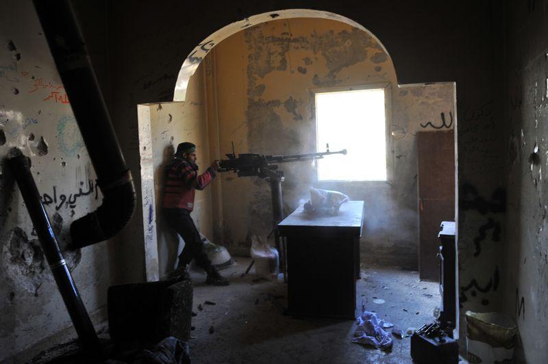 <strong>Sans répit. </strong>Les combats se poursuivent un peu partout en Syrie, comme ici dans le quartier Saif al-Dawla à Alep où un membre des unités rebelles poursuit son attaque des cibles stratégiques contrôlées par les forces gouvernementales. Le week-end dernier, la violence à travers le pays a causé la mort de 165 personnes, dont 34 soldats, 58 rebelles et 73 civils, selon l'Observatoire syrien des droits de l'Homme (OSDH).