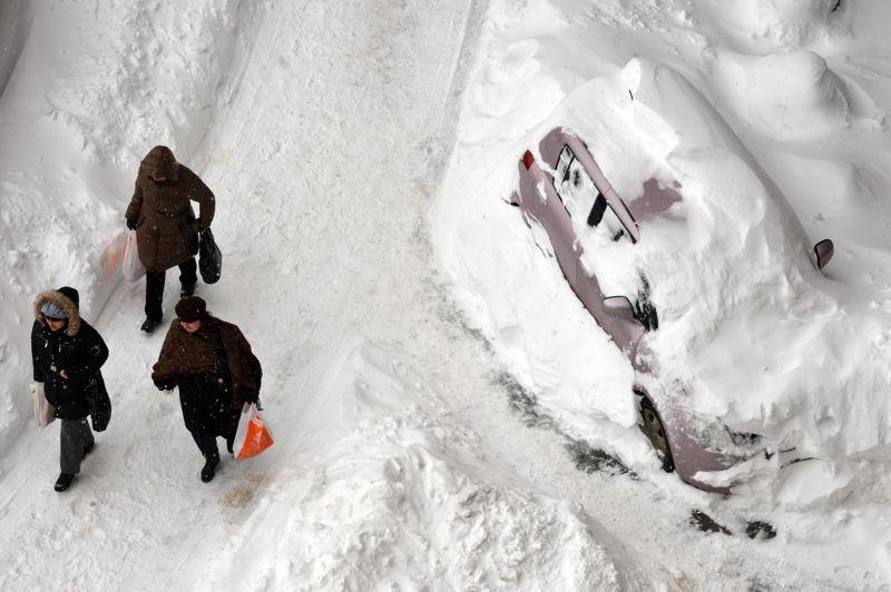 <strong>Ville assiégée</strong>. Après les chutes de neige sans précédent qui ont paralysé Kiev de vendredi à dimanche dernier, l'état d'urgence a été décrété dans plusieurs régions d'Ukraine. Dans la capitale, la couche de neige a atteint cinquante centimètres et les rues de la ville se sont transformées en pistes de ski. Si le fonctionnement de l'aéroport a été fortement perturbé, les transports terrestres ont pratiquement cessé.