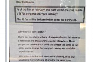 Affiche à l'entrée du magasin reperée par un utilisateur du site Reddit.
