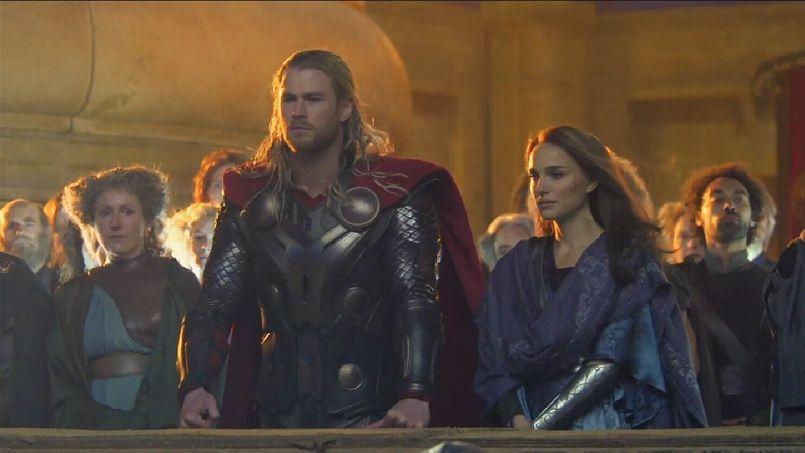 Thor (Chris Hemsworth) et Jane Foster (Natalie Portman) dans <i>Thor 2: Le Monde des Ténèbres.</i>