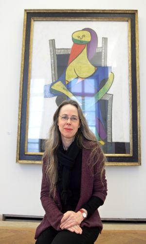 Anne Baldassari, directrice du Musée Picasso pose en 2006 devant <i>Une femme assise (1938).</i>