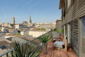 À Bordeaux, au coeur du centre historique, Nexity propose le Carré Cheverus, un ensemble d'appartements haut de gamme à plus de 5000€/m² offrant des vues exceptionnelles.