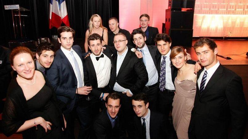 Marion Maréchal-Le Pen (en haut à gauche) lors des 40 ans du FN, en décembre. Julien Rochedy (avec le nœud papillon), patron des jeunesses frontistes, est à côté de Baptiste Coquelle, militant radical d'extrême droite. Accroupi, sur la droite, se trouve Edouard Klein, figure du GUD. Crédits photo: reflexes.samizdat.net