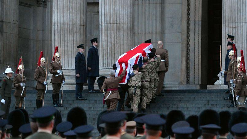 Très tôt lundi matin, les forces armées se sont préparées à escorter le cercueil depuis St Clement Danes, l'église officielle de la Royal Air Force, jusqu'à St Paul.