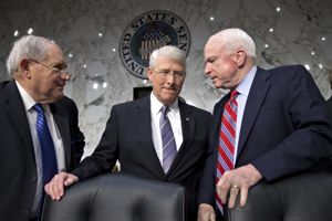 Le sénateur Roger Wicker, au centre.