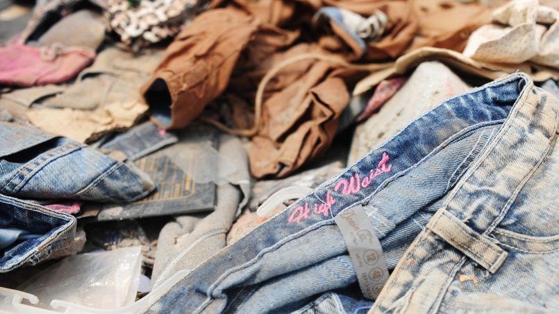 Des pièces de textile retrouvées dans les décombres de l'immeuble Rana Plaza au Bangladesh.
