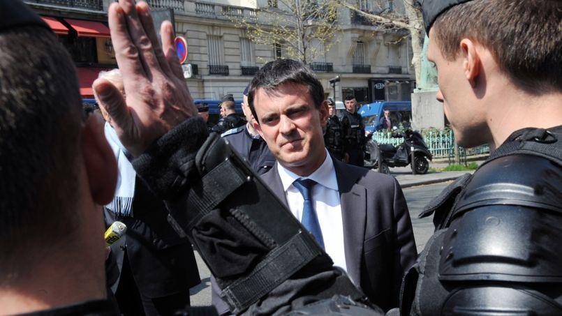 Visite de Manuel Valls aux forces de l'ordre avant la Manif pour tous le 21 avril à Paris.