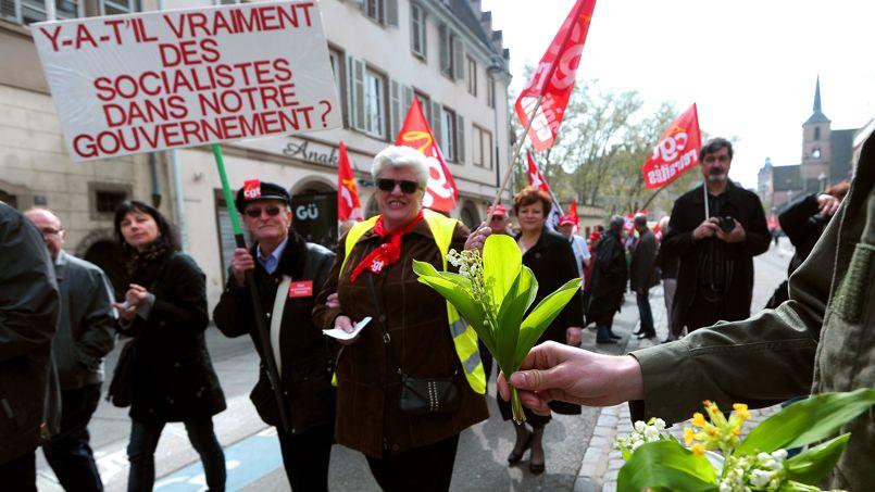 <strong>FRANCE -</strong> Dans un climat social lourd où l'impatience grandit face à l'explosion du chômage, les syndicats divisés ont célébré le 1er mai en ordre dispersé, dans une mobilisation d'ampleur plutôt modeste, la CGT dans des cortèges à Paris et en province (ci-dessus à Strasbourg), la CFDT avec ses alliés à Reims pour constituer un «front réformiste».