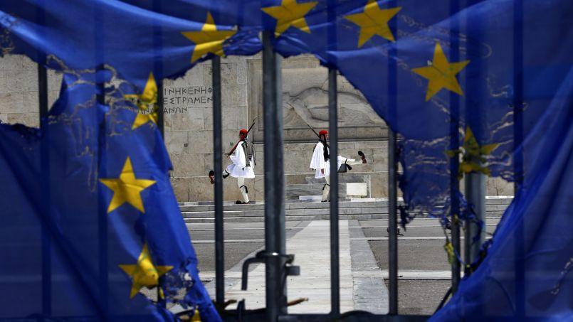 <strong>GRECE -</strong> Le pays soumis, sous la containte de l'Europe, à des coupes dans les salaires et les retraites, connaît sa sixième année consécutive de récession. Le taux de chômage connaît un pic historique à plus de 27%. «L'insécurité prévaut chez les jeunes. Il n'y a aucune incitation à poursuivre ses études», témoigne un étudiant de 21 ans, Yiorgos Tavoularis.